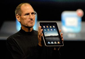 مراسم معرفی آیپد، استیو جابز در حال معرفی محصول جدید اپل در سانفرانسیسکو، ماه ژانویه 2010